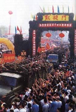 数十万九江市民为抗洪官兵送行